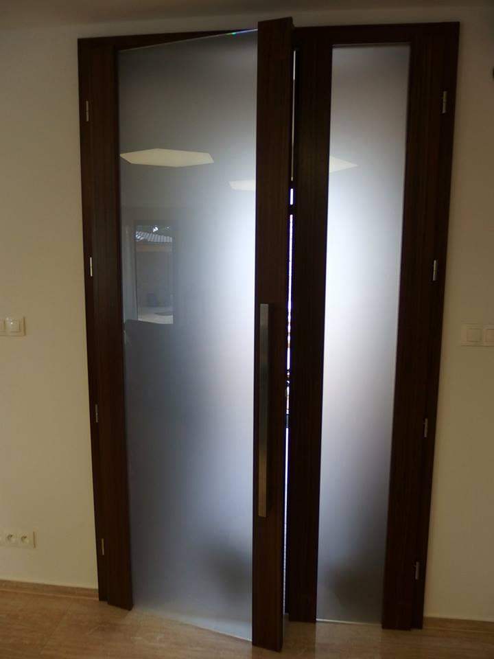 vysoké dvere presklene