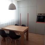 kuchyna s jedalenskym stolom
