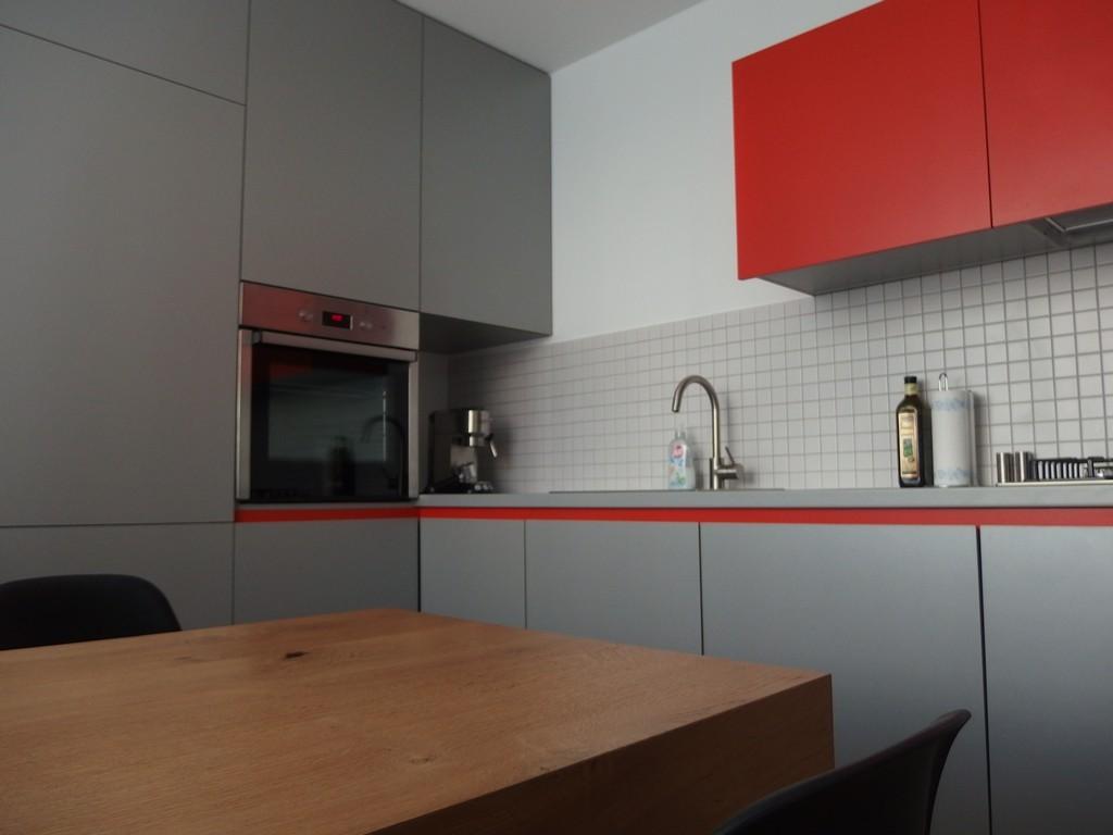 striekaná moderna kuchyna
