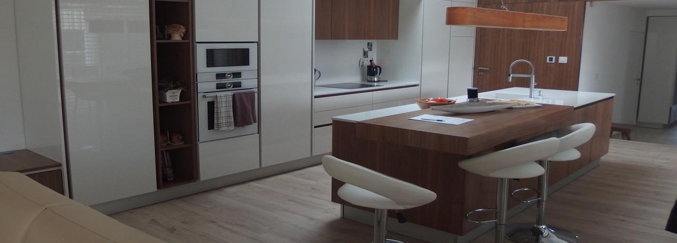 moderna orechová kuchyna